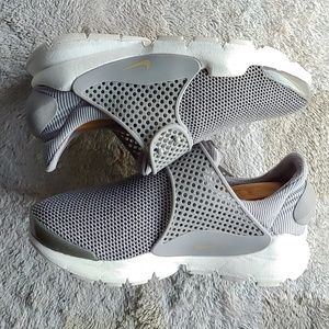 New women's Nike sock Dart